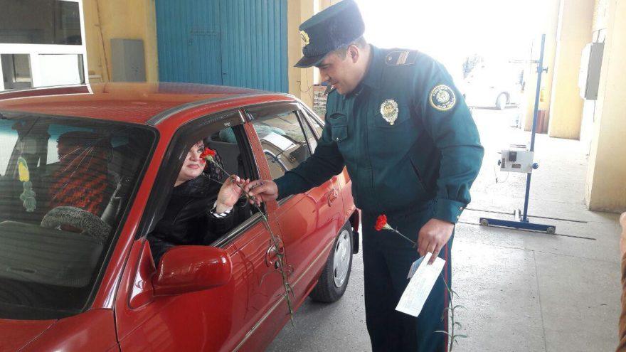 Видео: Автоинспекторы поздравили женщин на дорогах - 1