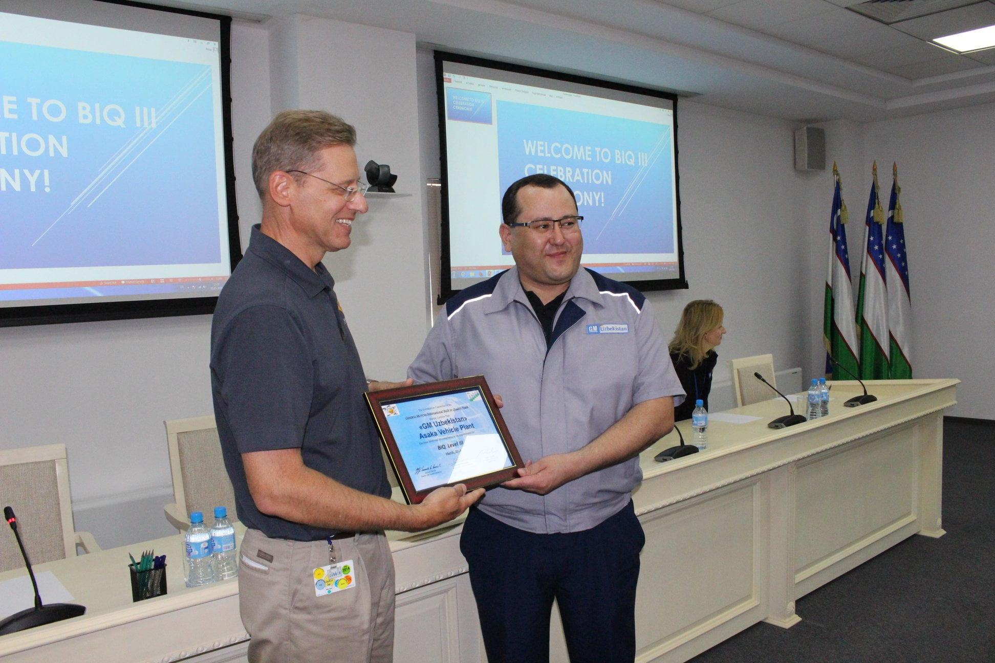 Вице-президент GM International г-н Фил Кинли вручает сертификат