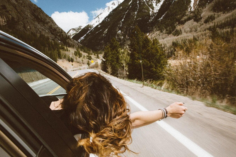 Лето жара Красивая девушка в окне автомобиля