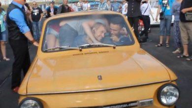 Photo of 17 человек залезли в «Запорожец» ради рекорда (видео)