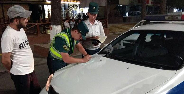 сотрудник ГАИ оформляет протокол в Ташкенте