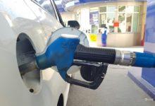 Автомобиль заправляется бензином на заправке Узбекнефтегаз в Ташкенте после роста цен на бензин в Узбекистане