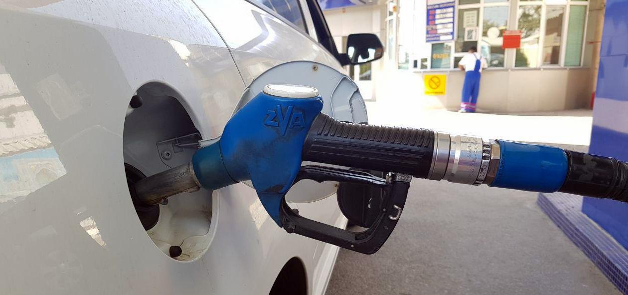 Автомобиль заправляется бензином на заправке в Ташкенте после роста цен на бензин в Узбекистане
