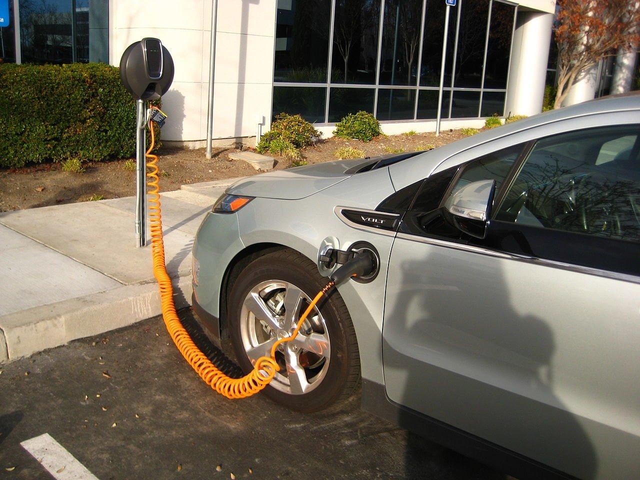 Ввод пошлин на электромобили отменили