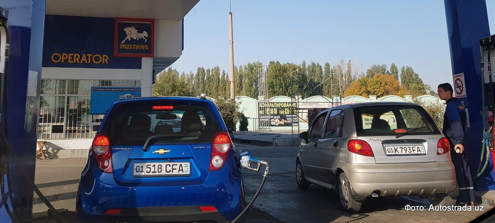 Автомобили на заправке Мустанг в Ташкенте заправляются бензином после повышения цен