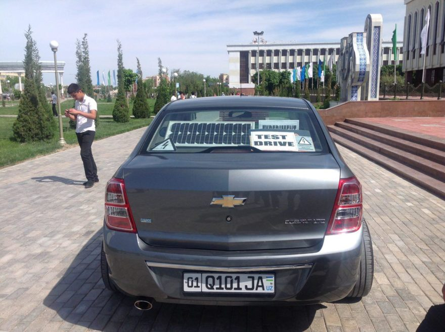 Электромобиль Chevrolet Cobalt в Ташкенте, Узбекистан работает на солнечных батареях