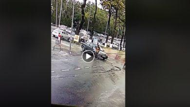 Photo of Водитель на парковке не заметил девушку и переехал ее (шокирующее видео)