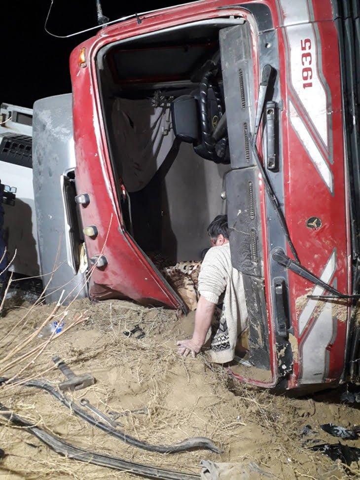 Грузовик Mercedes вылетел с трассы по дороге в Самарканд