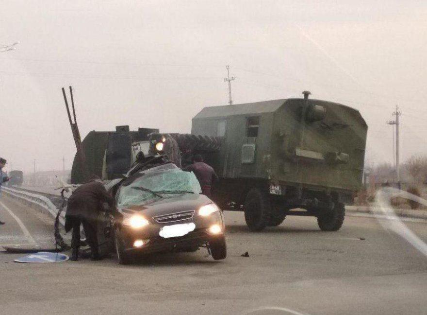 Lacetti врезалась в военный грузовик в Карши