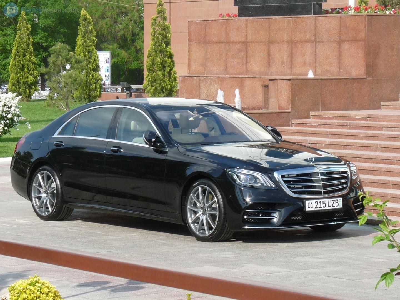 Mercedes-Benz S-Klasse с номером 01 215 UZB в Ташкенте у подъезда Сената Олий Мажлиса