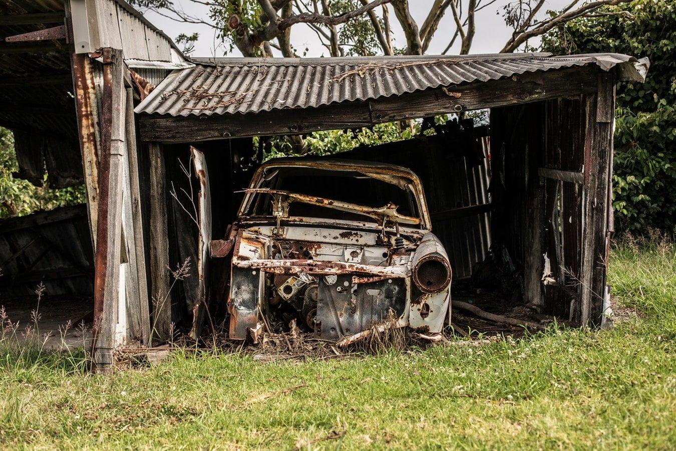 Заброшенная машина в гараже