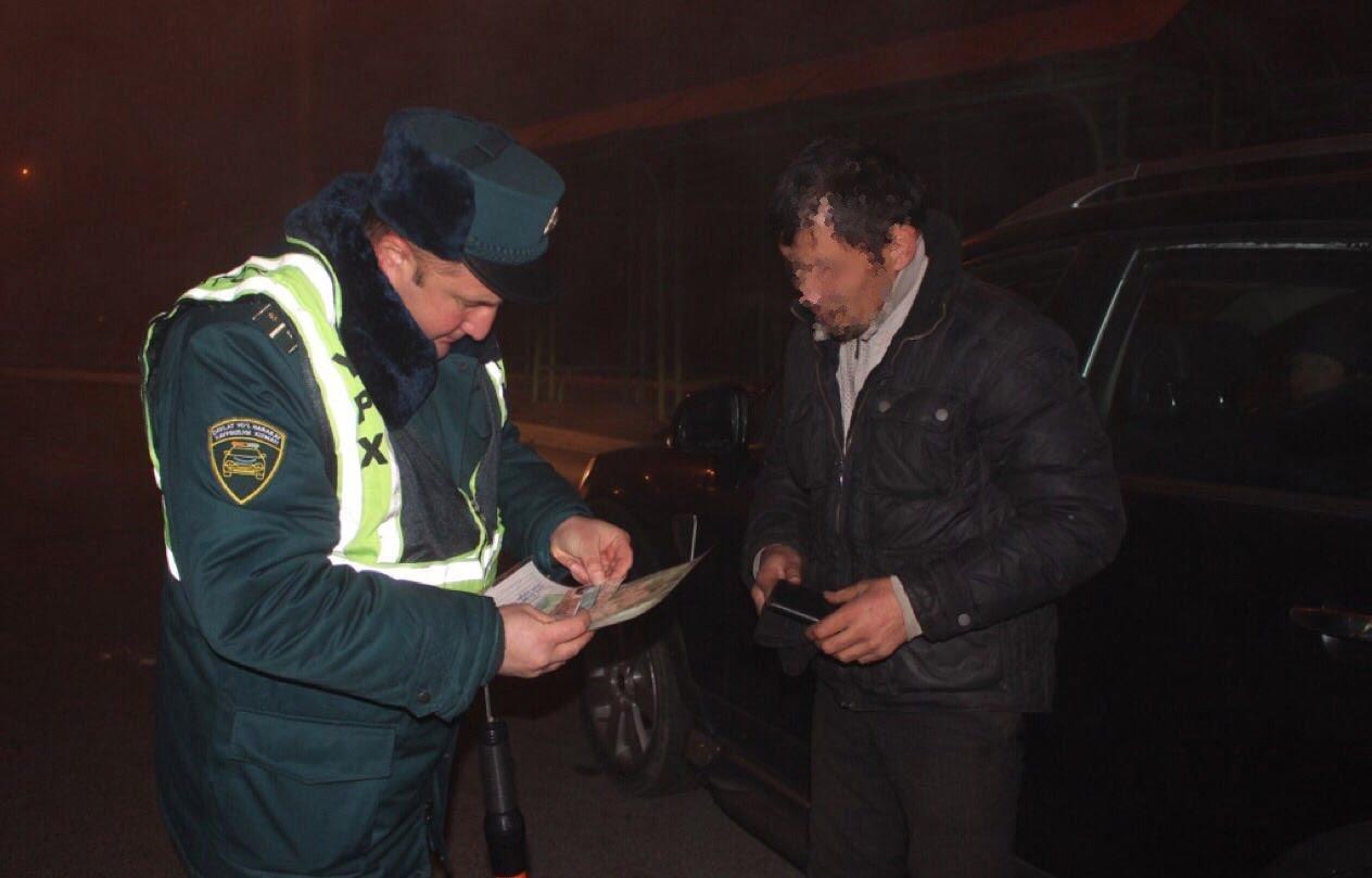 Инспектор проверяет документы водителя в ходе рейда по борьбе с пьяными водителями / фото: uznews.uz