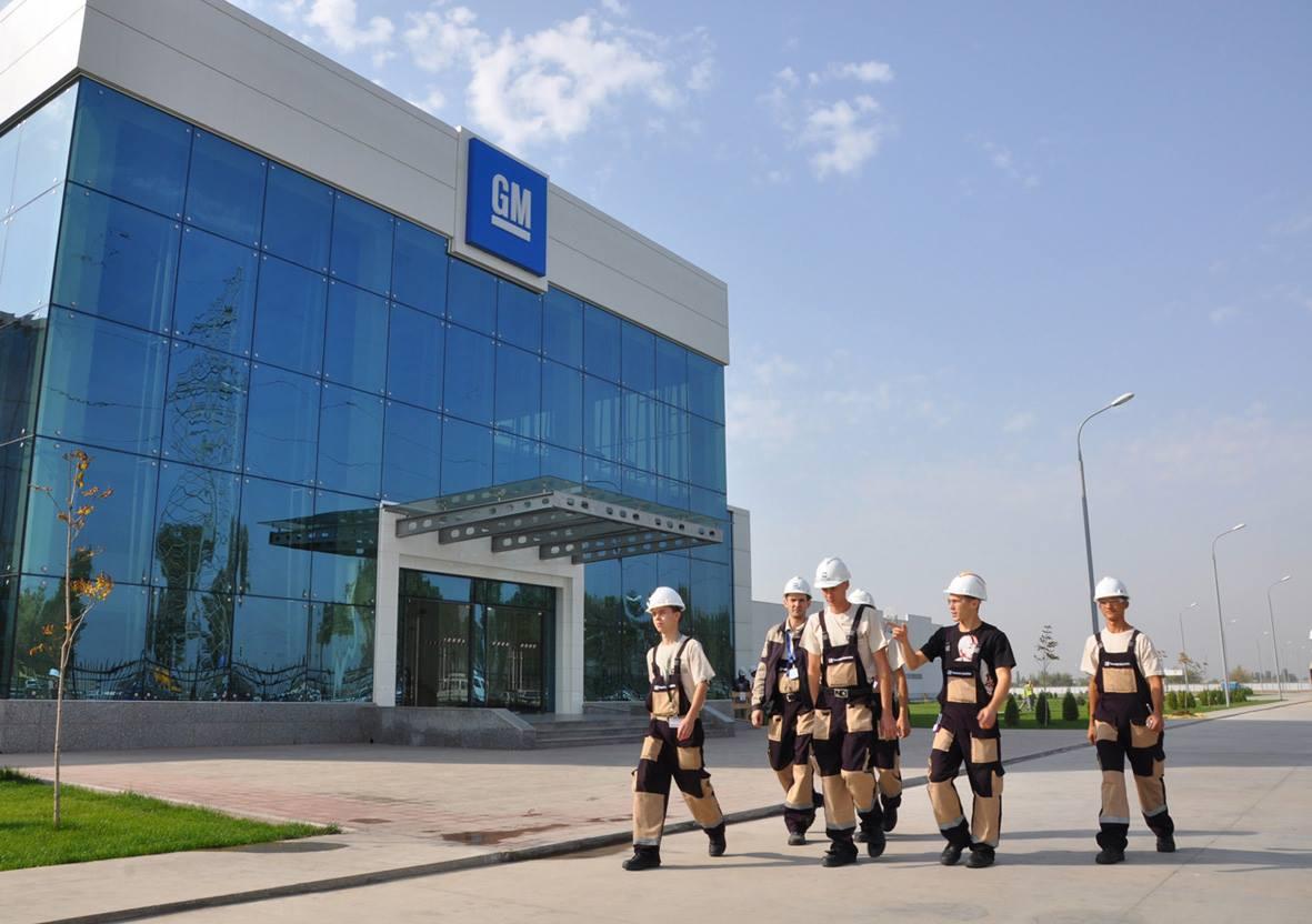 Сотрудники завода GM Uzbekistan в Узбекистане