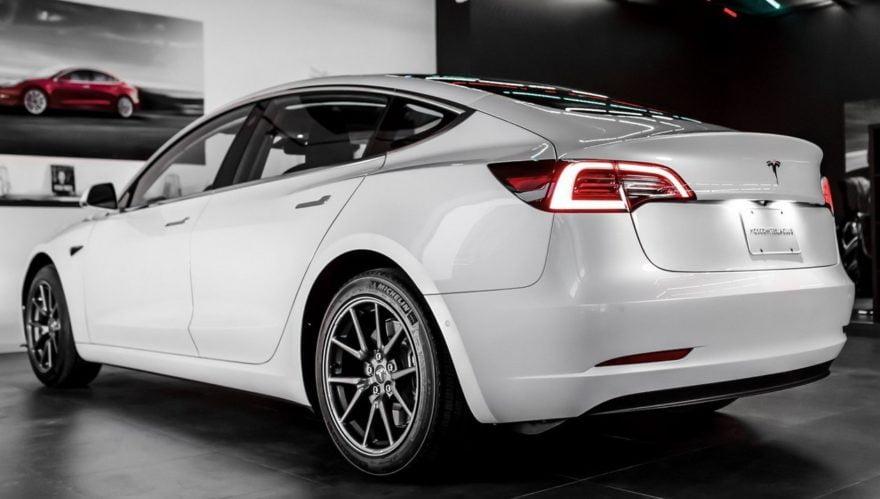 Tesla Model 3 в автосалоне