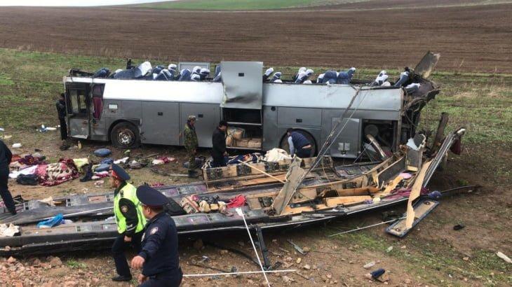 В Казахстане перевернулся автобус — 11 человек поглибли