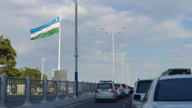 Огромный флаг Узбекистана в Ташкенте на высокой мачте большого флагштока