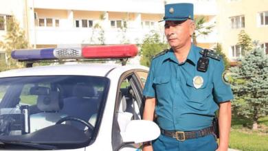 Нательная мобильная видеокамера (видеорегистратор) у инспектора ГАИ в Ташкенте, Узбекистан