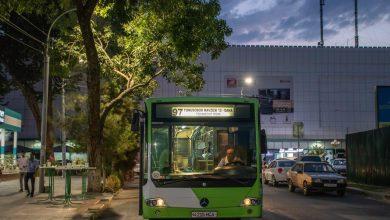 Автобус Mercedes-Benz Connecto Low Floor на конечной остановке ЦУМ в Ташкенте