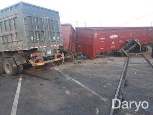 Грузовик протаранил поезд, 2 вагона сошли с рельсов. Погибло 2 человека, движение по дороге Ташкент-Фергана приостановлено