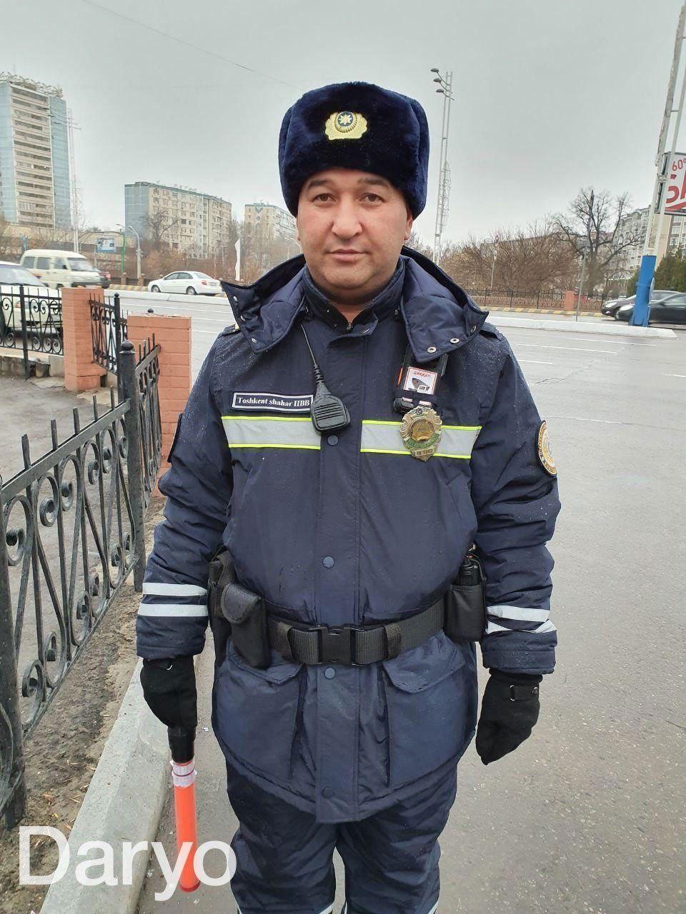 Новая форма инспекторов ГАИ в Узбекистане. Теперь форма темно-синего цвета, шапка заменила зимнюю фуражку, добавлены новые светоотражающие элементы, а также - боди-камера.