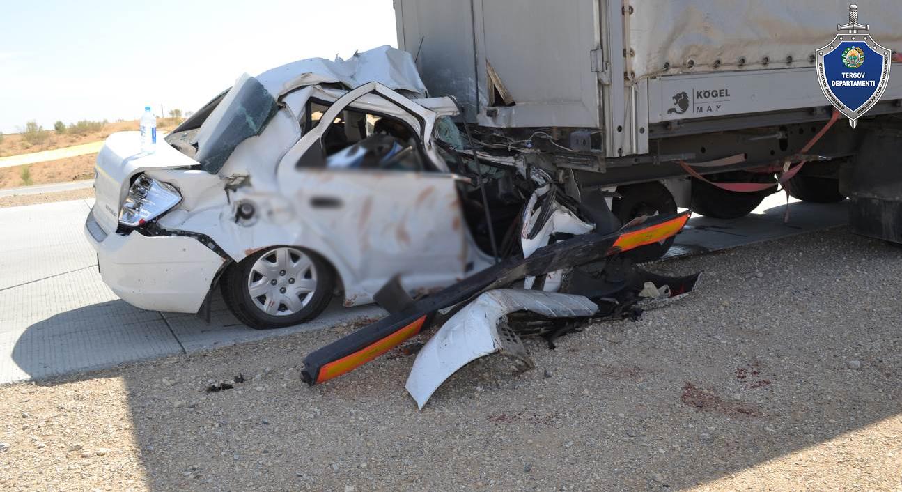 Cobalt на скорости врезался в грузовик в Бухарской области. Три человека погибли