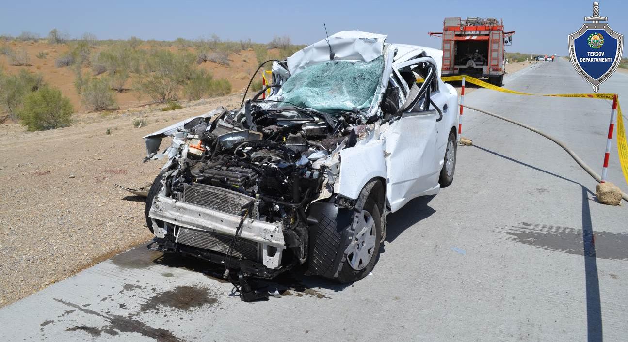 Смертельное ДТП в Бухаре — Cobalt влетел под грузовик, 3 человека погибли - 2