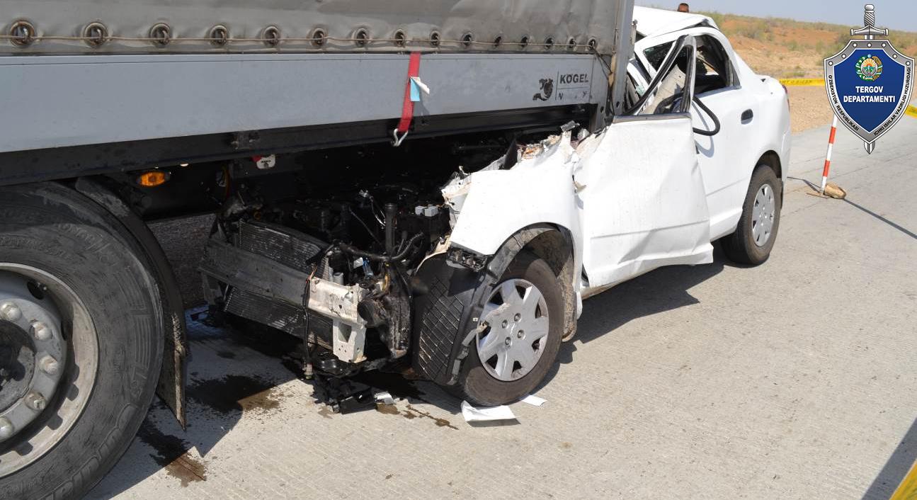 Смертельное ДТП в Бухаре — Cobalt влетел под грузовик, 3 человека погибли - 1