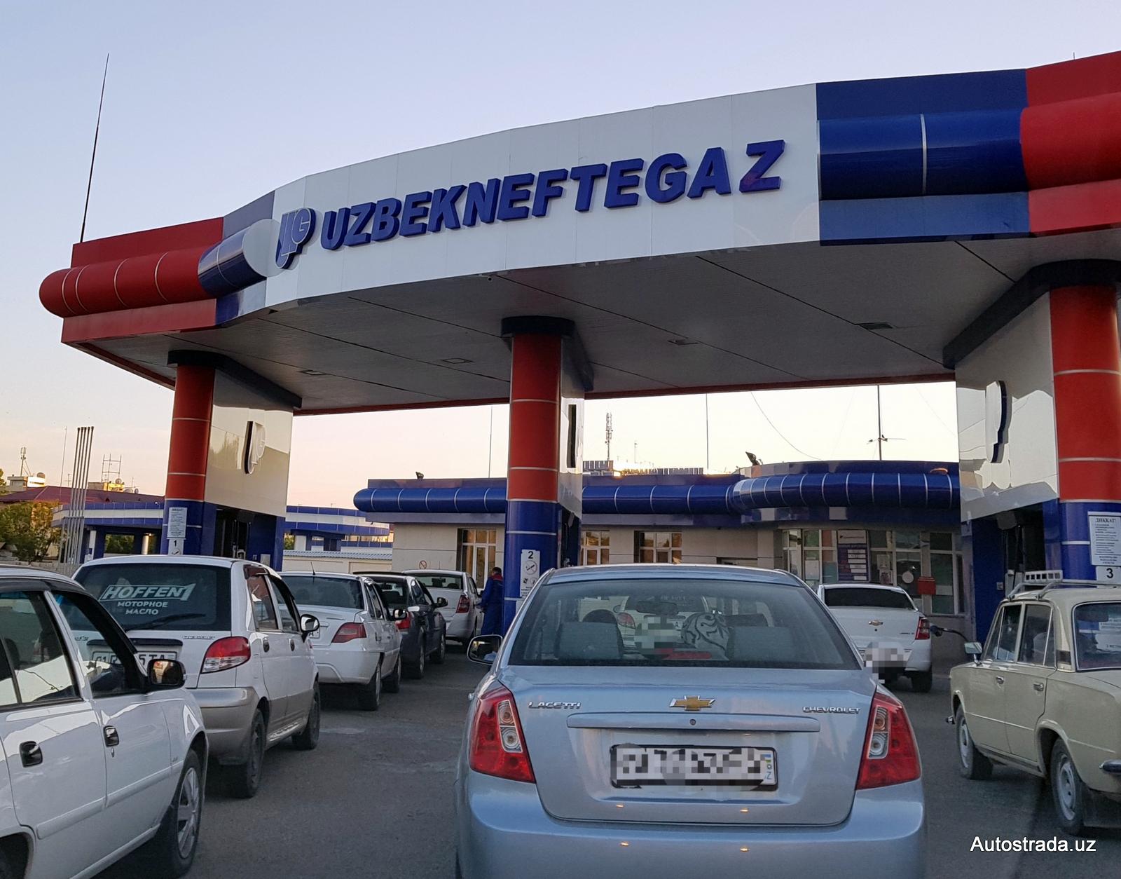 Очередь за бензином на заправке UNG АЗС в Ташкенте