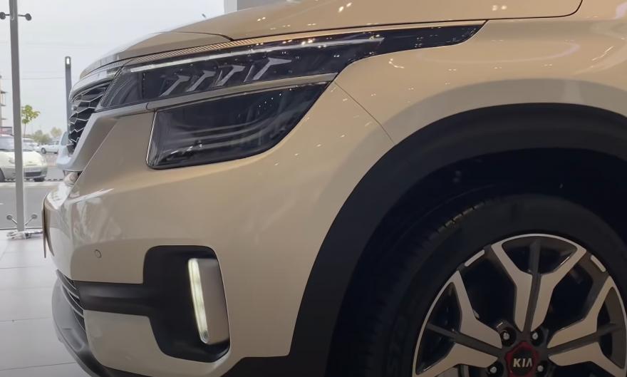 В топовой комплектации Kia Seltos оснащается светодиодными ходовыми огнями и LED фарами