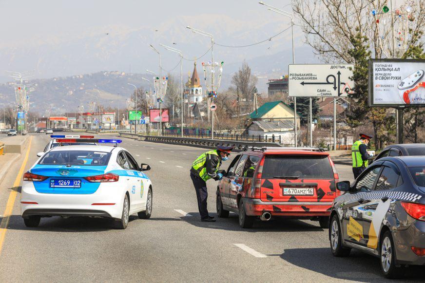 Казахам разрешили не возить с собой права и техпаспорт