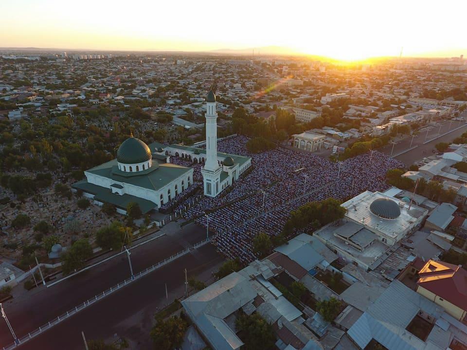 Праздничная утренняя молитва в мечети при мавзолее Зайнуддина-бобо на Кукче