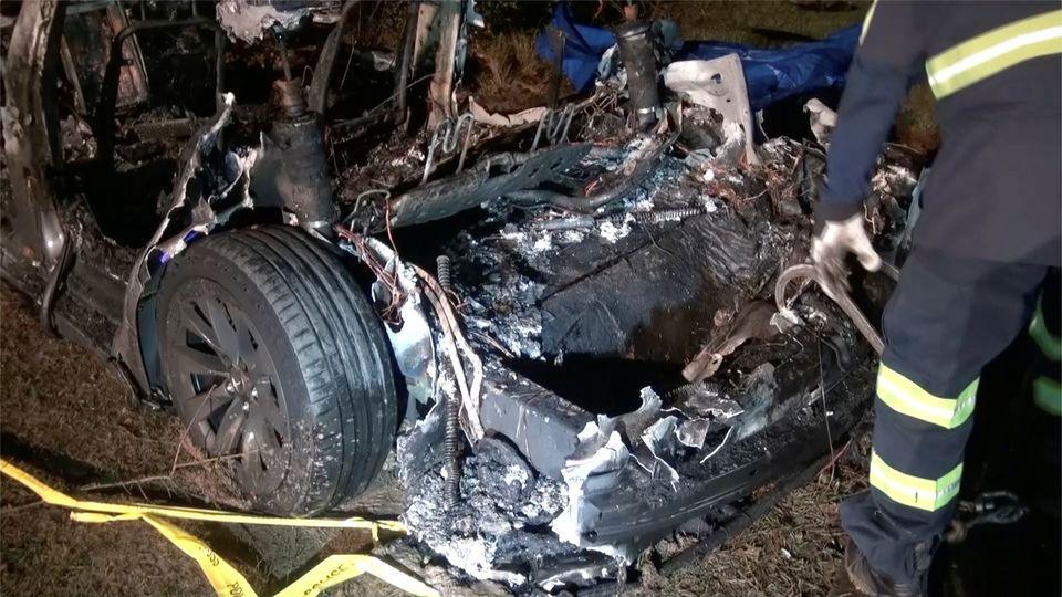 Остатки сгоревшей Tesla, разбившейся 17 апреля в Техасе, США