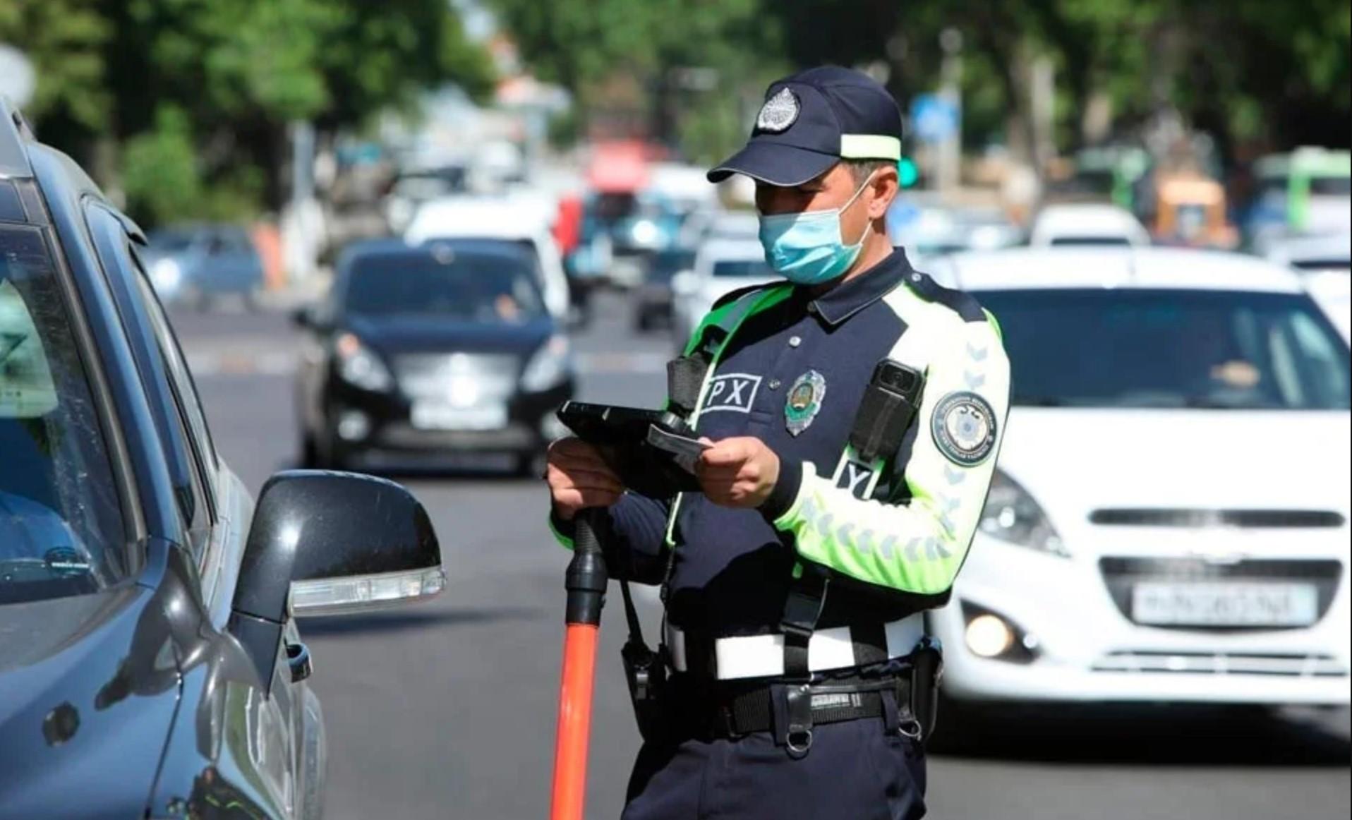 Инспектор ГАИ в Узбекистане через планшент проверяет данные водителя
