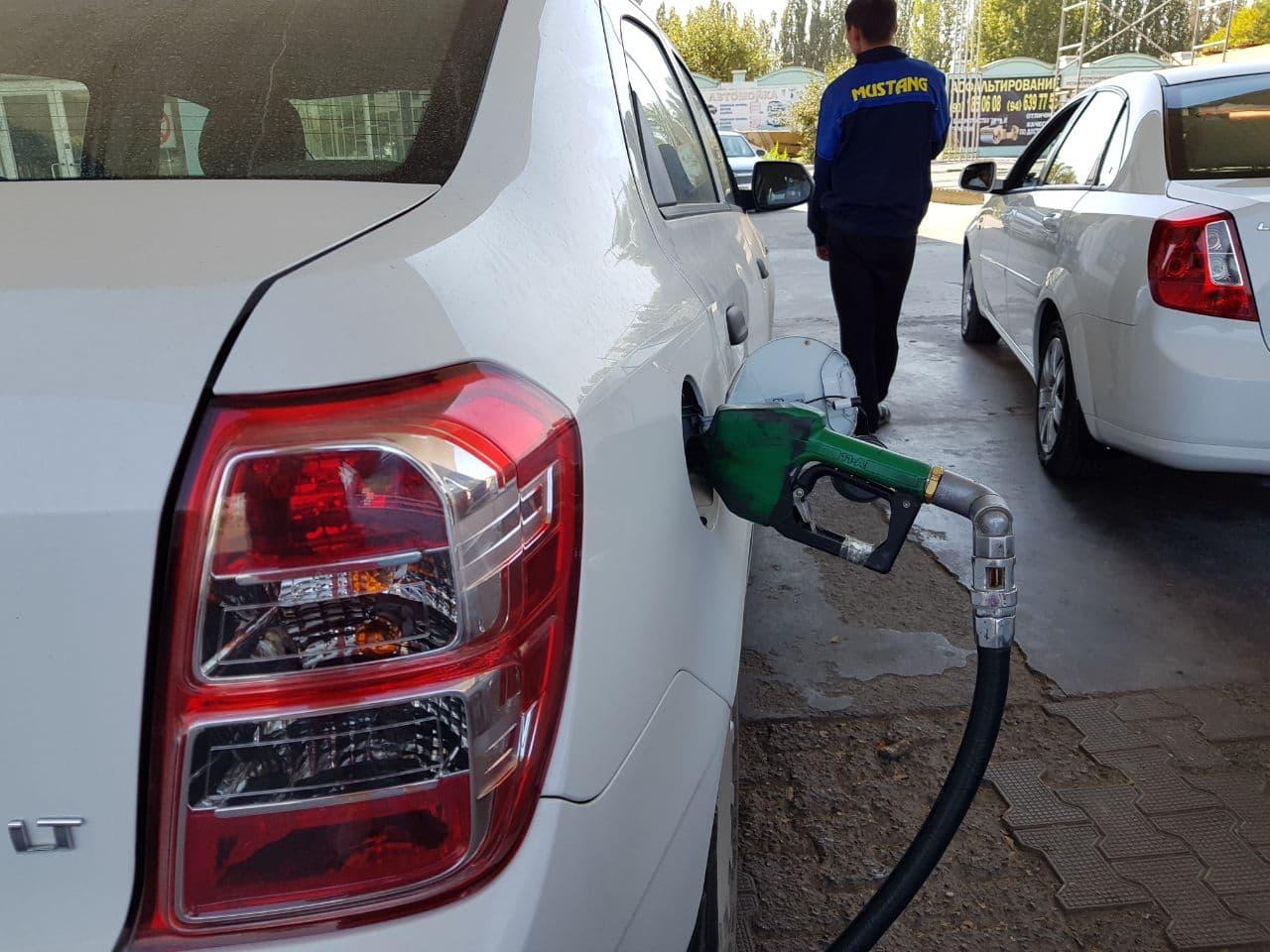 На заправках Узбекистана не прекращается рост цен на бензин, АИ-80 местами стоит 6100 сумов за литр, АИ-92 - 7900, а АИ-95 - 8700 сумов за литр.