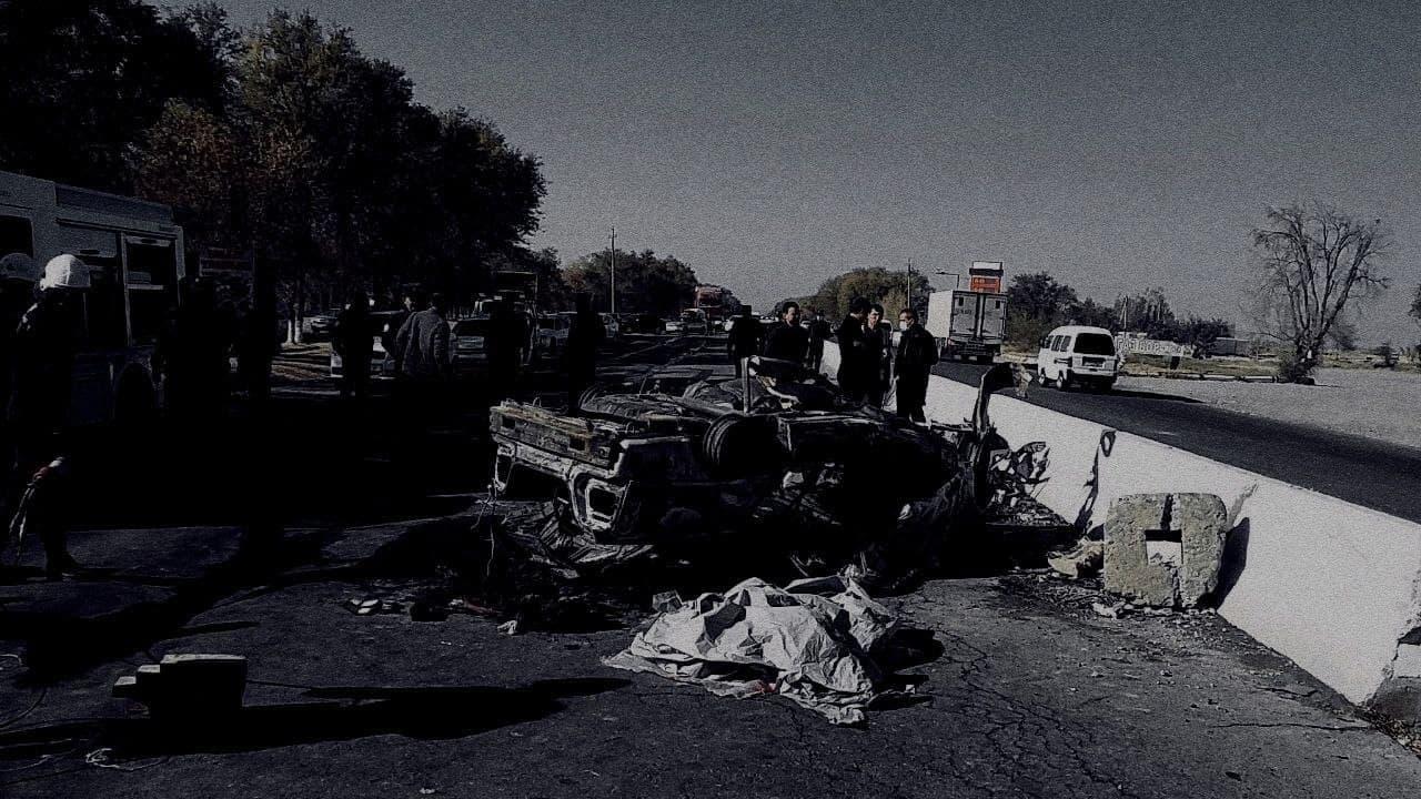 Nexia врезалась в бетонный отбойник и перевернулась, в результате ДТП возник пожар. 2 человека погибли.